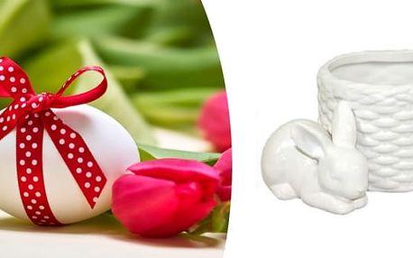 Tento keramický košíček se zajíčkem přinese do Vašeho domova tu správnou jarní náladu. Nalaďte se na jaro s touto krásnou dekorací.