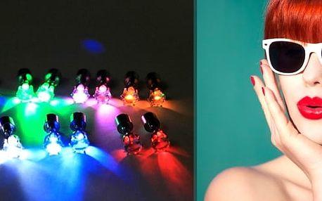Pár svítících LED náušnic - oslňující doplněk na párty či večírky. Oživí vás a rozzáří v nezvyklém světle. Dejte vale nudným šperkům a udělejte ze sebe nepřehlédnutelnou hvězdou večera.