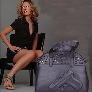 Černá koženková kabelka s pistolí