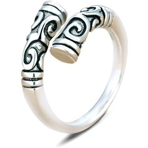 Dámský prsten s vyrytými ornamenty - stříbrná barva