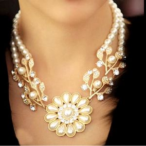 Náhrdelník zdobený kamínky a perličkami