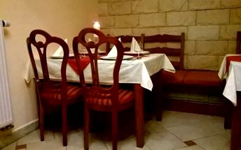 Šťavnatá kuřecí křidélka 1,2 kg, barbecue omáčka a obloha - restaurace Caesar, Praha