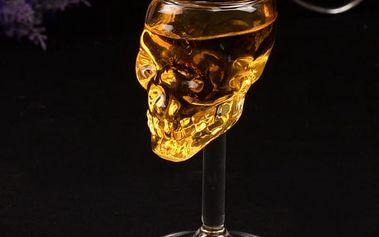 Sklenička na víno v podobě lebky