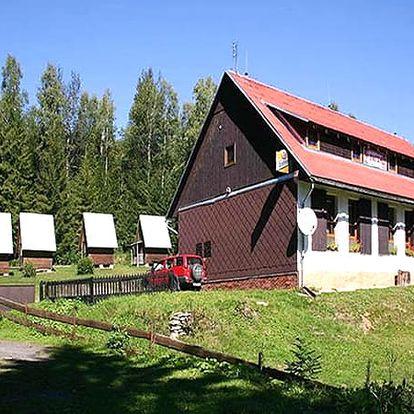 Relaxační pobyt pro dva v horské Chatě na Papírně, polopenze, sklenička vína nebo pivo, dezert, káva