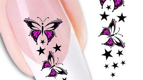Fialové nálepky motýlků na nehty