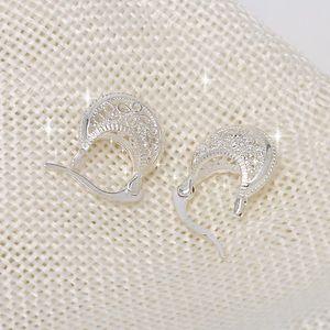 Elegantní náušnice v romantickém provedení a stříbrné barvě