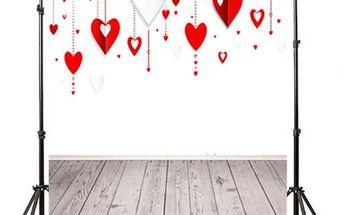 Ateliérové fotopozadí 90 x 150 cm - Zeď se zavěšenými srdci