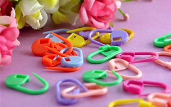 Balení barevných plastových zámečků