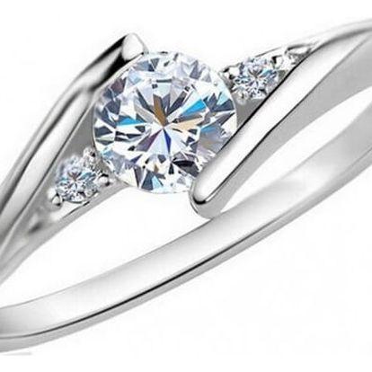 Tenký prstýnek s jemnou ozdobou v podobě drobného kamínku
