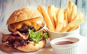 2 hovězí burgery s chutí Itálie a hranolky