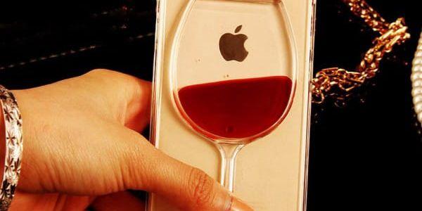 Kryt na telefon pro iPhone s nápaditým motivem realistické sklenice vína a hvězdiček
