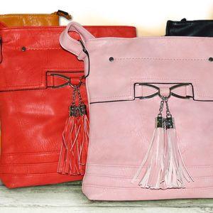 Dámská crossbody kabelka s ozdobnými střapci