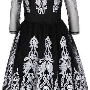 Černé šaty s tylovou sukní a krajkou ve stříbrné barvě Chi Chi London