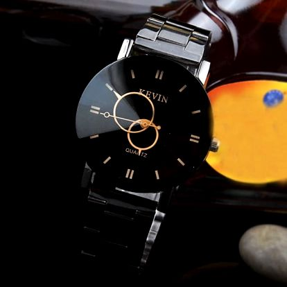 Náramkové černé hodinky v elegantním provedení