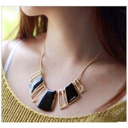Nepravidelný náhrdelník s třpytivými přívěsky - dodání do 2 dnů