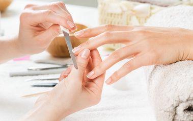 Lakováni nehtů v ombré stylu včetně manikúry