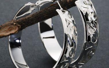 Náušnice s drobným florálním motivem ve stříbrné barvě