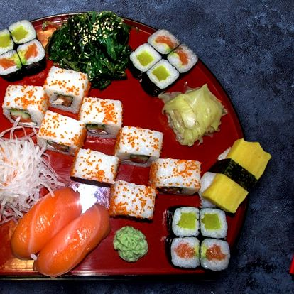 Japonská hostina: sushi set plný pochoutek