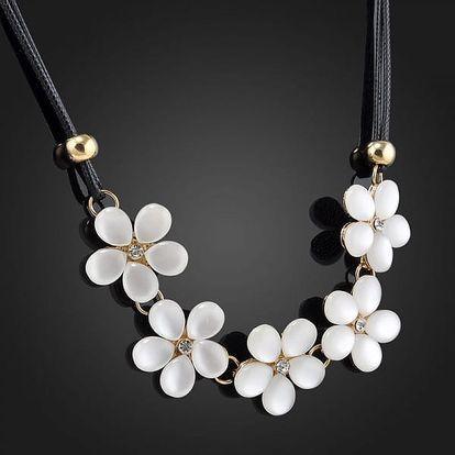 Květinový náhrdelník v jemném bílém odstínu