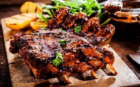 1kg hovězí žebra v zauzené paprice, BBQ omáčka, chléb, beranní rohy: menu pro 3-4 osoby