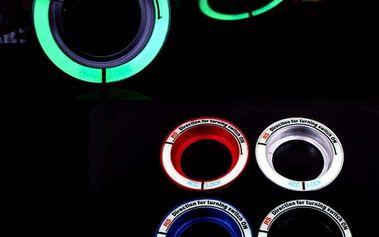 Svítící kroužek okolo zdířky zapalování v automobilu