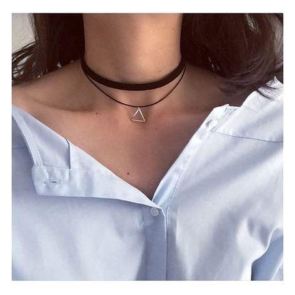 Vícevrstvý choker náhrdelník s přívěskem ve tvaru trojúhelníku - černá barva
