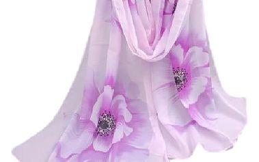 Moderní šátek s velkými květy, který se stane Vaším oblíbeným doplňkem.
