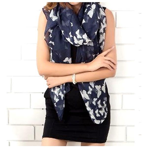 Designový šátek s potiskem velkých motýlů dokonale doladí váš vzhled.