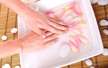 Manikúra a parafínový zábal v pražském salonu Beauty, odborně upravené ruce a nehty.