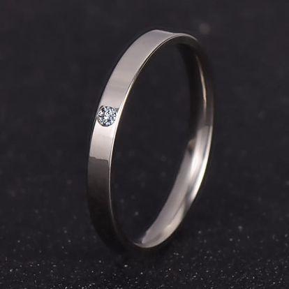 Minimalistický prstýnek ve svatebním stylu