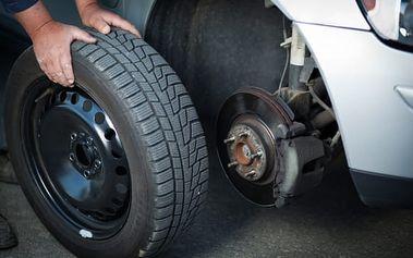 Profesionální přezutí pneumatik nebo výměna celých kol na osobním voze včetně vyvážení