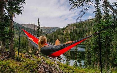 Trekingová houpací síť pro pohodlný odpočinek i spánek v terénu. Zvládne zátěž až 140 kg