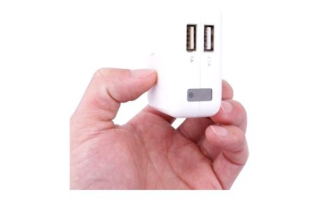 Duální USB nabíječka se skrytou kamerou