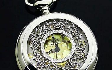 Kapesní hodinky se zeleným podkladem