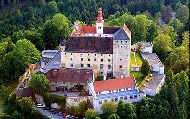 Termální oblast Dolního Rakouska. Pobyt na zámku na kopci v krásné krajině s výhledem