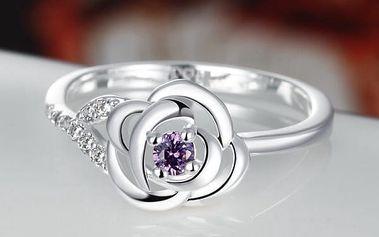 Elegantní dámský prstýnek dekorovaný růží s kamínkem