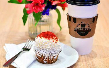 Domácí cupcake a káva do kelímku