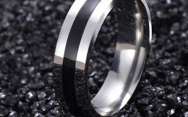 Elegantní prstýnek ve stříbrné barvě s černým pruhem