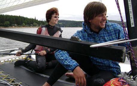 Adrenalinový zážitek: kurz plavby na katamaránu pro dva kolem přehrady Orlík + instruktor