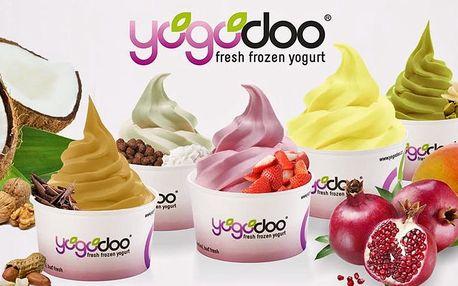 Kelímek mraženého jogurtu z Yogodoo s posypkami