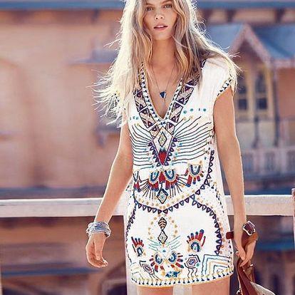 Svůdné přiléhavé šaty s nádhernými motivy