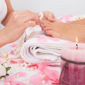 Až 120min. péče o nohy: kompletní mokrá pedikúra, možnost gel laku či reflexní masáže v Ostravě