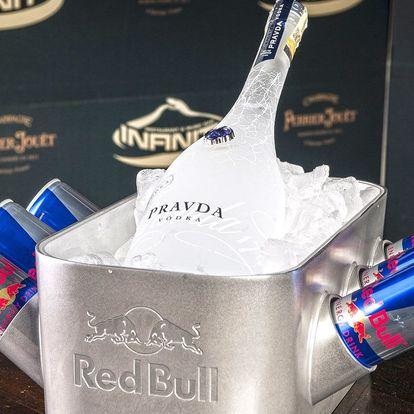 Pití pro celou partu: vodka Pravda s Red Bullem
