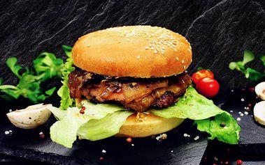 Šťavnatý burger v domácí housce a hranolky