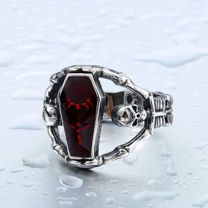 Netradiční prsten s červeným kamen ve tvaru rakve