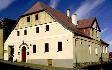 Pobyt pro dva v CHKO Slavkovský les v penzionu Plzeňka s polopenzí, lahví vína, kávou, dezertem.