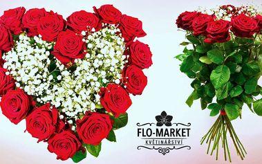 Pugét rudých růží z květinářství v centru města