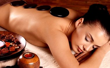 Masáž zad se zábalem + masáž s lávovými kameny