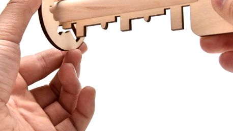 Dřevěný hlavolam v podobě klíče