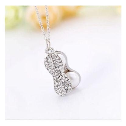 Něžný náhrdelník s přívěskem perel v podobě arašídu